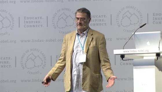 Serge  Haroche (2013) - Controlling Photons in a Box and Exploring the Quantum to Classical Boundary