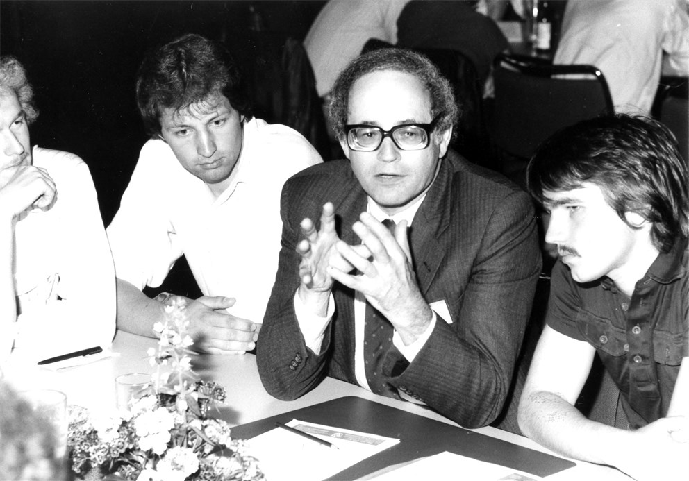 Gerald Edelman discussing with young scientists.