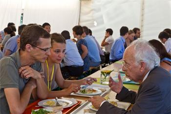 Reinhard Selten - Reinhard Selten (Laureate, Economic Sciences 1994) in discussion with young researchers