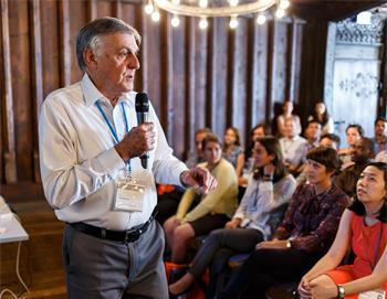 Dan Shechtman - Dan Shechtman holding a discussion session with young researchers.