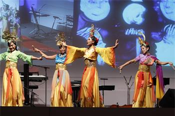 62nd Lindau Nobel Laureate Meeting, 2012 - Singaporean women performing a traditional dance at the Singaporean evening