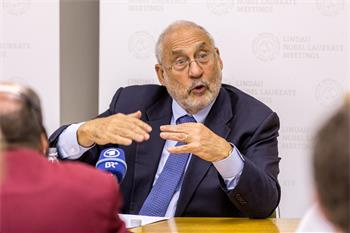 Joseph E. Stiglitz - Joseph E. Stiglitz holding a press conference at the 5th Meeting on Economic Sciences.