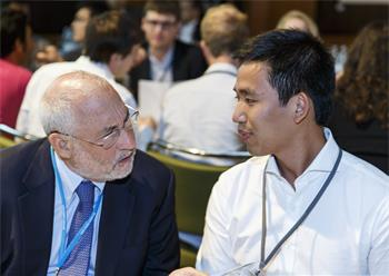 Joseph E. Stiglitz - Joseph E. Stiglitz conversing with a young scientist at the 5th Meeting on Economic Sciences.