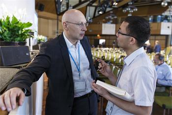 Stefan Hell - Stefan Hell discussing with a young scientist at the 65th Lindau Nobel Laureate Meeting.