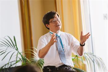 Hiroshi Amano - Hiroshi Amano leading a young scientist discussion at the 66th Lindau Nobel Laureate Meeting.