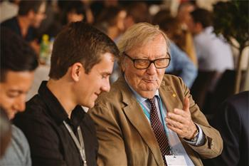 Carlo Rubbia - Carlo Rubbia discussing with a young scientist at the 66th Lindau Nobel Laureate Meeting.