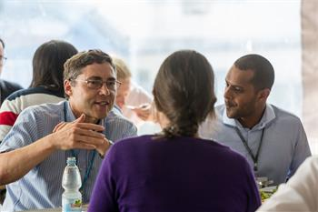 Carl Wieman - Carl Wieman discussing with young scientists at a social event of the 66th Lindau Nobel Laureate Meeting.