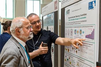 Erwin Neher - Erwin Neher discussing with a young scientist at the poster session