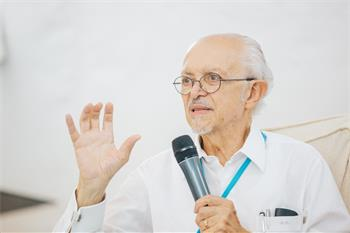 Mario Molina - Mario Molina holding a young scientists discussion