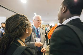 James A. Mirrlees - James Mirrlees in discussion with young scientists