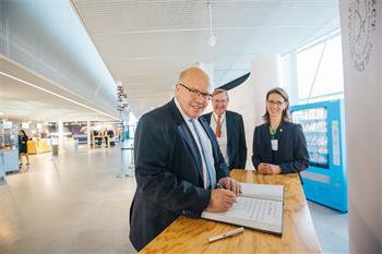 Peter Altmaier  - German Federal Minister Peter Altmaier signing the guest book