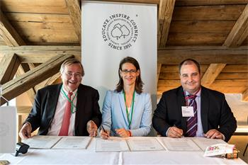 Memorandum of Understanding - Memorandum of Understanding with the Bulgarian Macroeconomics Association: Jürgen Kluge, Countess Bettina Bernadotte, Vassil Karaivanov (from left)