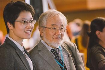 Yoshinori Ohsumi - Yoshinori Ohsumi with a young scientist at the 68th Lindau Nobel Laureate Meeting