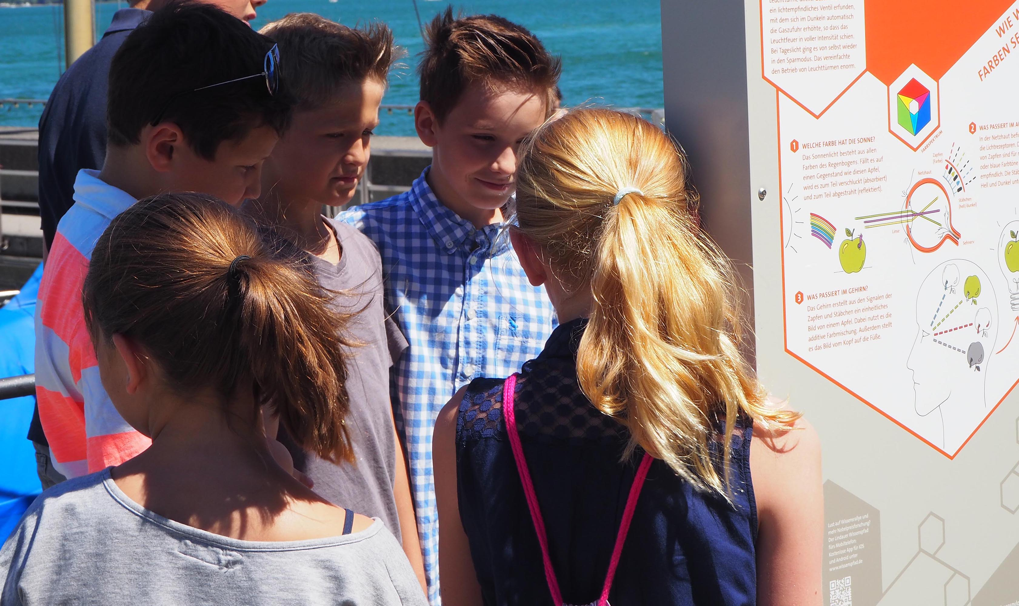 Welche Farbe hat die Sonne? Eine Gruppe von Schülern entdeckt den Lindauer Wissenspfad. What colour is the sun? A group of pupils discovers the Lindau Science Trail.